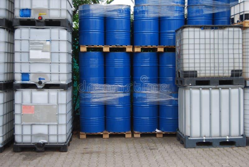 De trommels en de container van de olie stock afbeelding