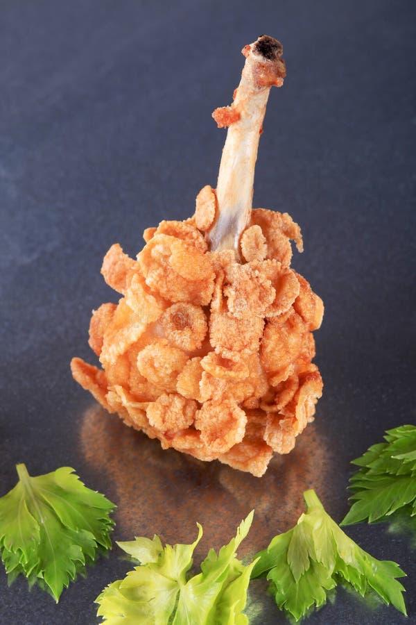 De trommelstok van de kip die met cornflakes met een laag wordt bedekt royalty-vrije stock foto
