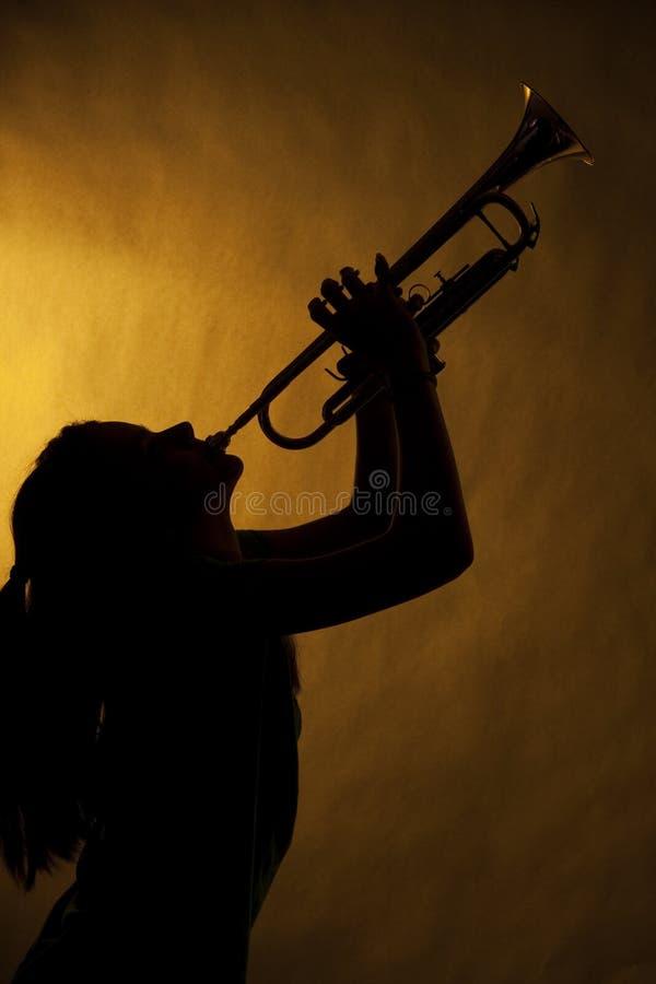 De Trompetter van de tiener in Silhouet stock foto's