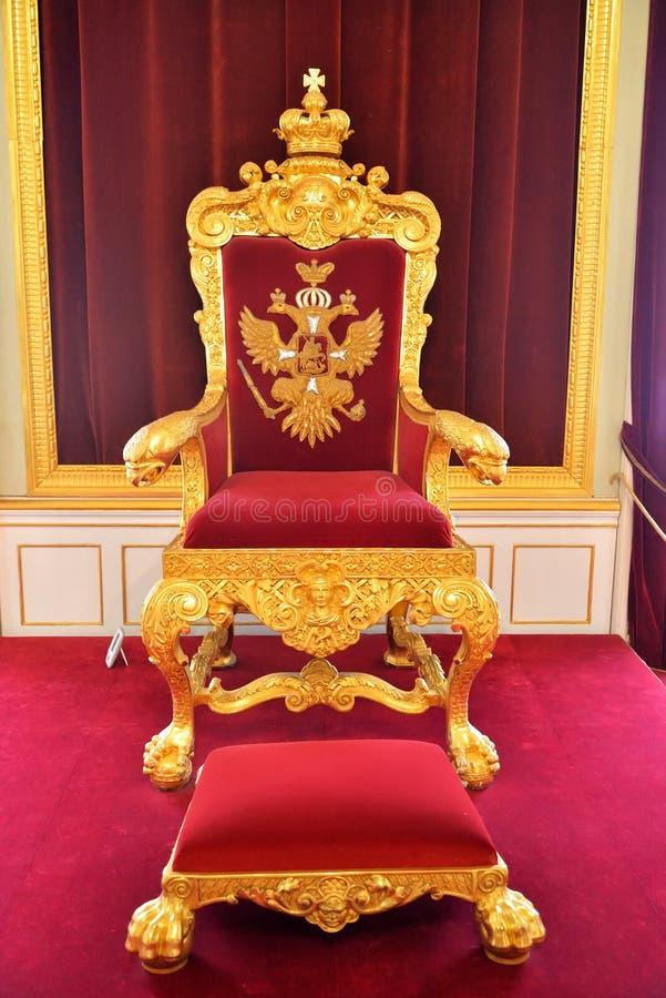 De troon van de Russische Tsaar in het Grote Gatchina-Paleis royalty-vrije stock afbeelding