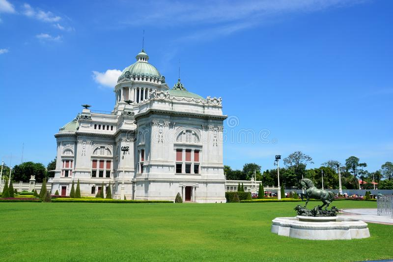 De de Troonzaal van Ananta Samakhom is een koninklijke ontvangstzaal binnen Dusit-Paleis in Bangkok, Thailand stock afbeeldingen