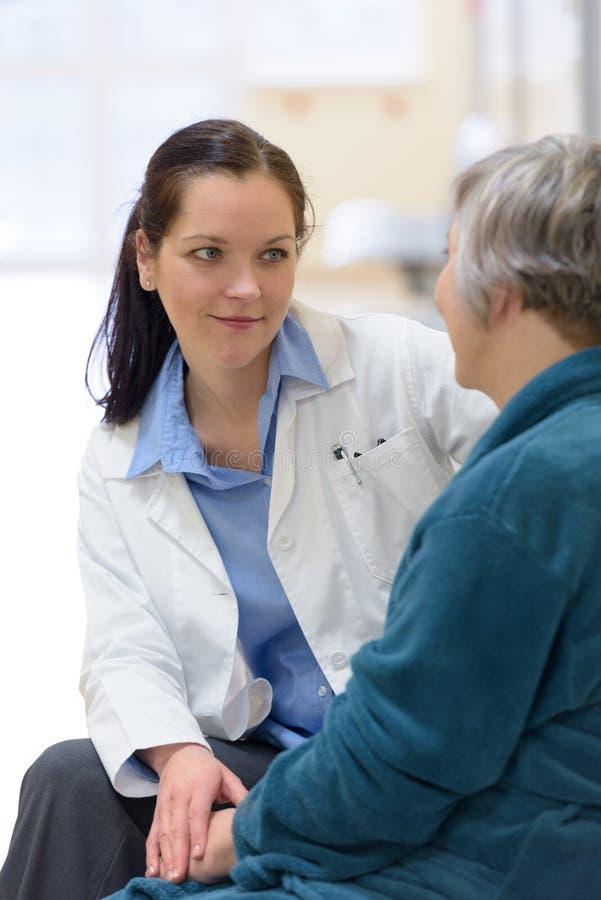 De troostende patiënt van de arts stock afbeeldingen