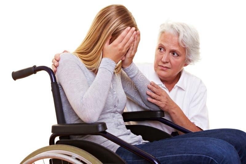 De troostende vrouw van de verpleegster stock afbeelding