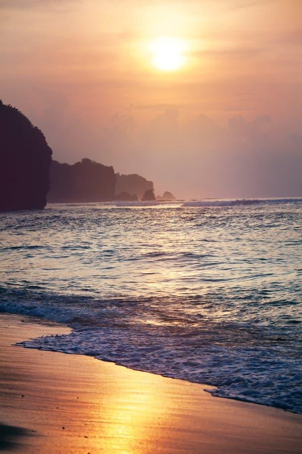 De tropische achtergrond van het zonsondergangstrand, kustlijn en golven royalty-vrije stock afbeelding
