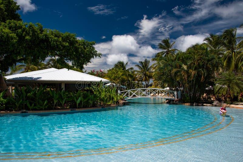 De tropische bar van de hotelpool stock afbeelding