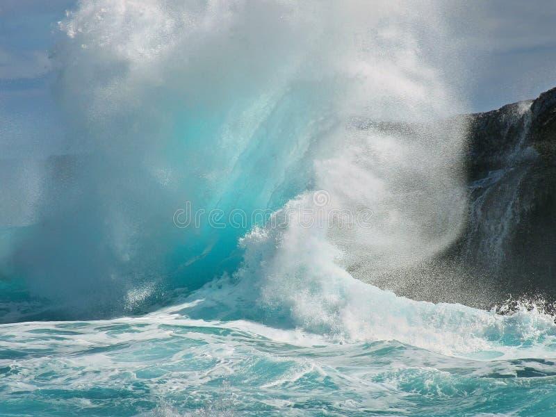 De tropische golf leidt terugslag tot explosie stock foto