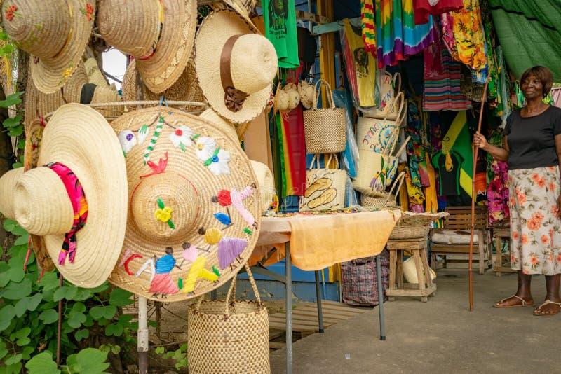 De tropische hoeden, de kleren en de hand van de strandzon - gemaakte toebehoren voor verkoop stock foto