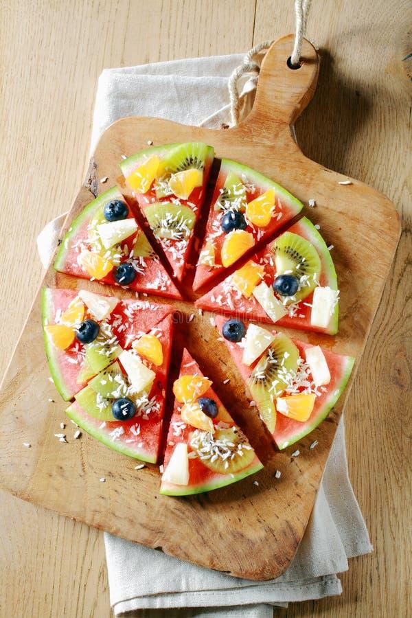 De tropische pizza van de fruitwatermeloen op een raad royalty-vrije stock afbeelding