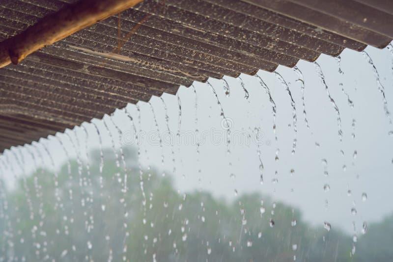 De tropische regen splitst van het dak op royalty-vrije stock afbeeldingen