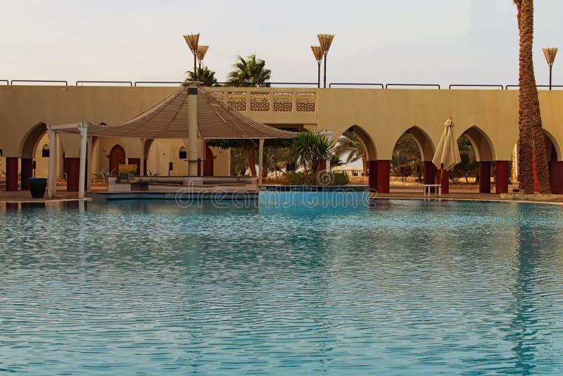 De tropische de toevluchtbouw van het luxehotel met poolbar Toneelochtendlandschap met leeg zwembad royalty-vrije stock foto's