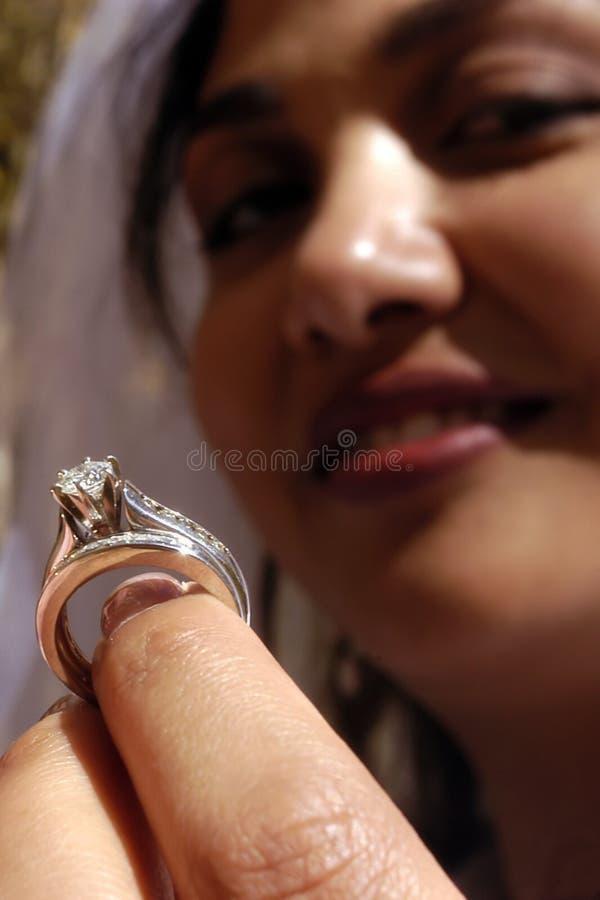 De Trouwring van bruiden stock afbeeldingen