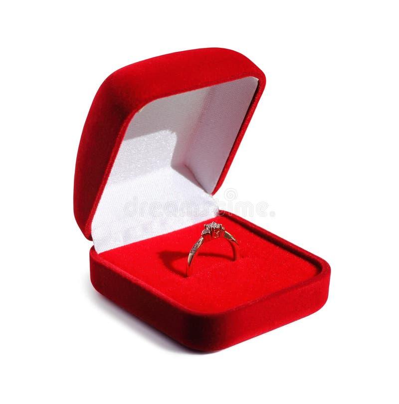De trouwring van de diamantovereenkomst in open rode doos stock foto