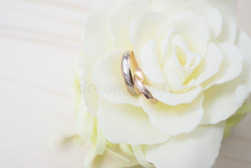 De trouwringen op een bloem sluiten omhoog stock foto