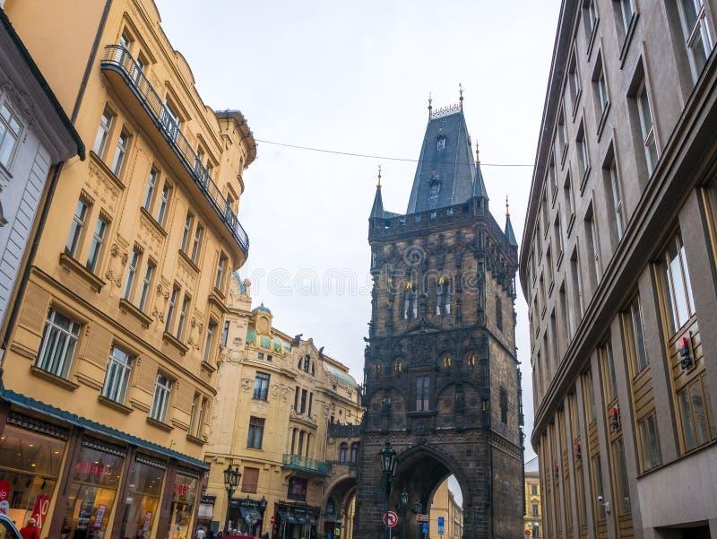 DE TSJECHISCHE REPUBLIEK VAN PRAAG - 20 FEBRUARI 2018: De toren van het kanonpoeder de oude historische bestemming in Praag, Tsje royalty-vrije stock foto