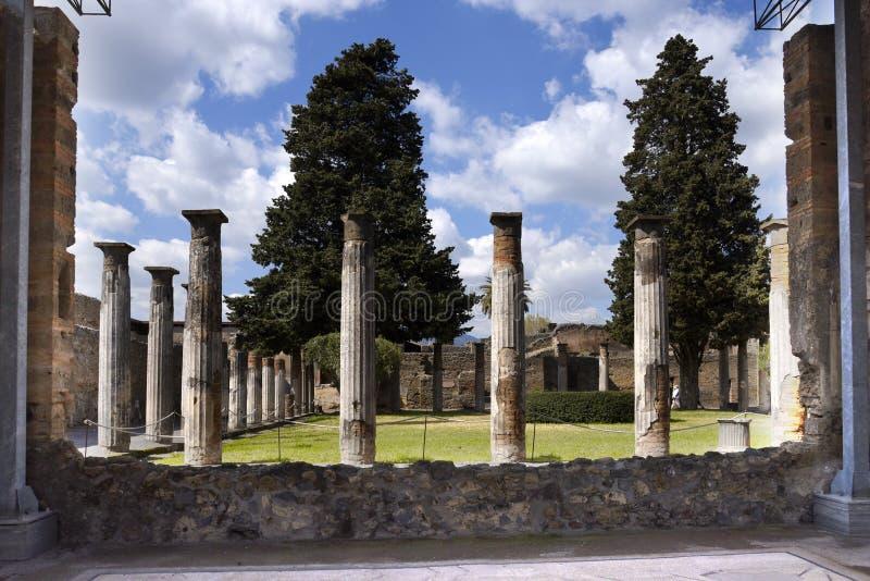 De Tuin in het Huis van de Dansende Faun in de eens begraven Roman stad van het zuiden van Pompei van Napels stock foto