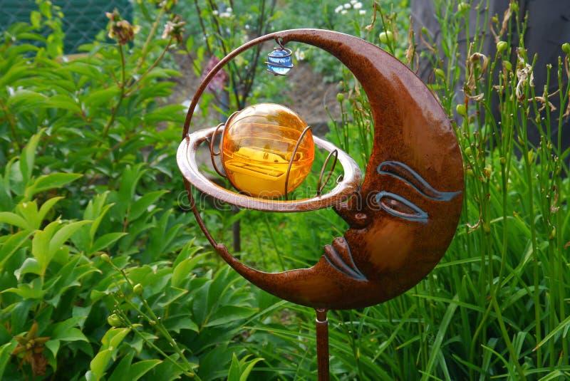 De tuin van de de zomertijd bloeit het huis van decoratieinstallaties het leven stock foto