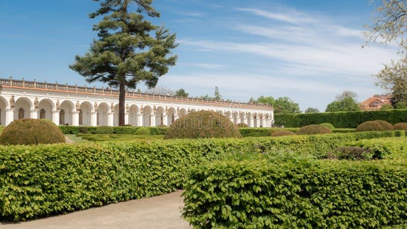 De tuin van het akagenoegen van de bloemtuin in Kromeriz Mooie tuinkunst met geknipte hagen en ornamenten Een deel van Unesco-erf stock foto
