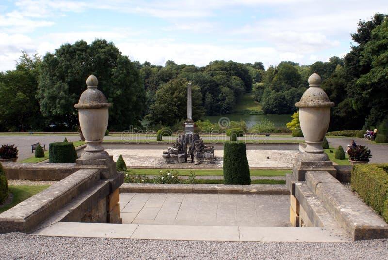 De tuin van het Blenheimpaleis bij oever van het meer in Woodstock, Engeland royalty-vrije stock afbeelding