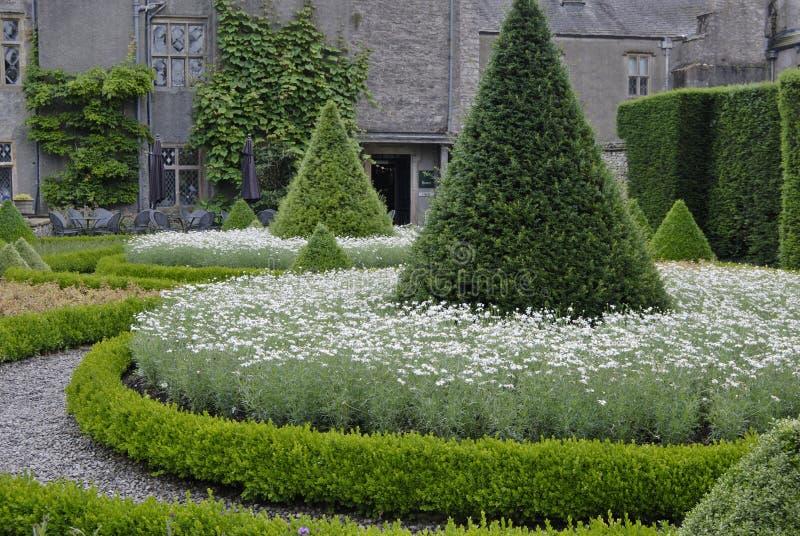 De tuin van het buitenhuis stock afbeeldingen