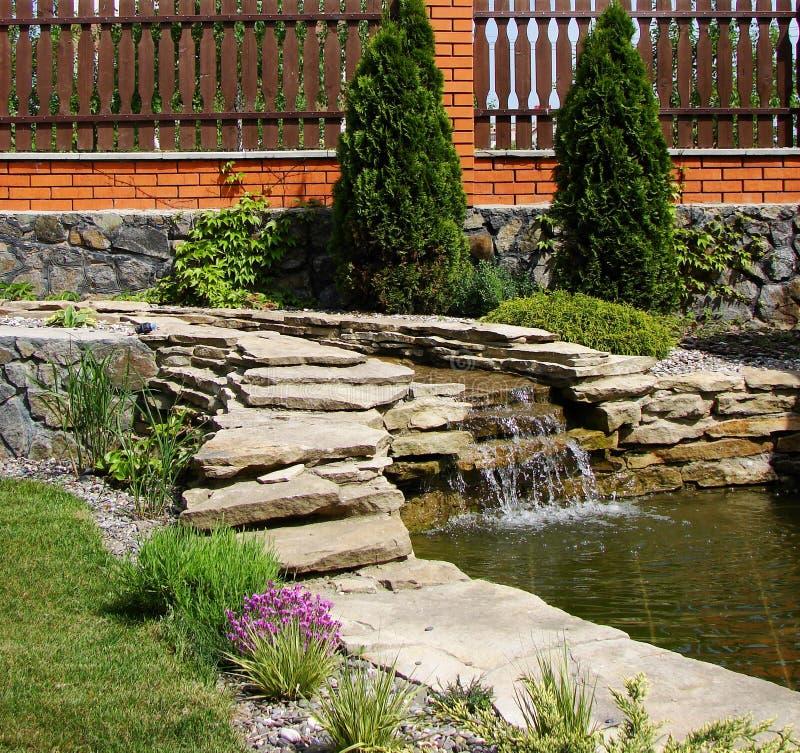 Download De tuin van het huis stock foto. Afbeelding bestaande uit tuin - 10776100