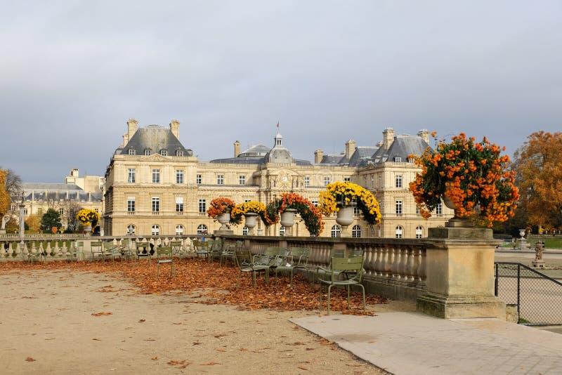 De tuin van Luxemburg in Parijs Het Paleis van Luxemburg is de officiële woonplaats van de Franse Senaat royalty-vrije stock afbeelding