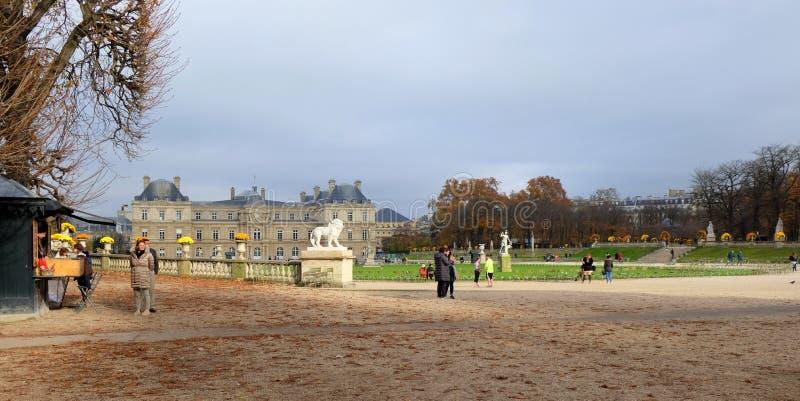 De tuin van Luxemburg in Parijs Het Paleis van Luxemburg is de officiële woonplaats van de Franse Senaat stock foto