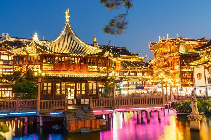 De Tuin van Shanghai traditioneel yuyuan de bouwlandschap in de avond royalty-vrije stock afbeelding