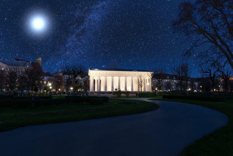 De Tuin van Volksgartenmensen bij nacht, openbaar park in Wenen, Oostenrijk royalty-vrije stock foto