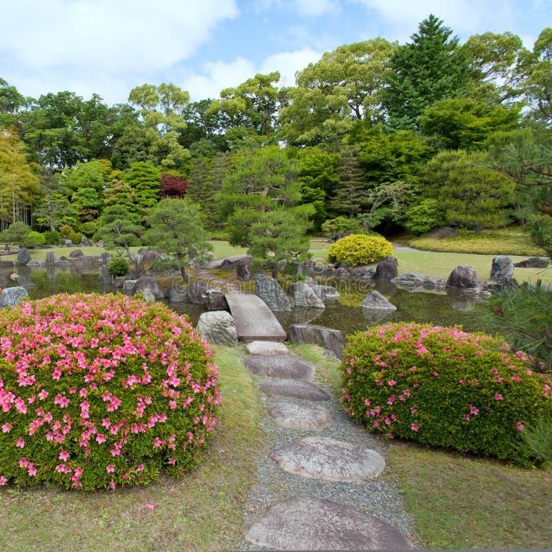 De Tuin van Zen met brug, installaties, rotsen en vijver royalty-vrije stock foto