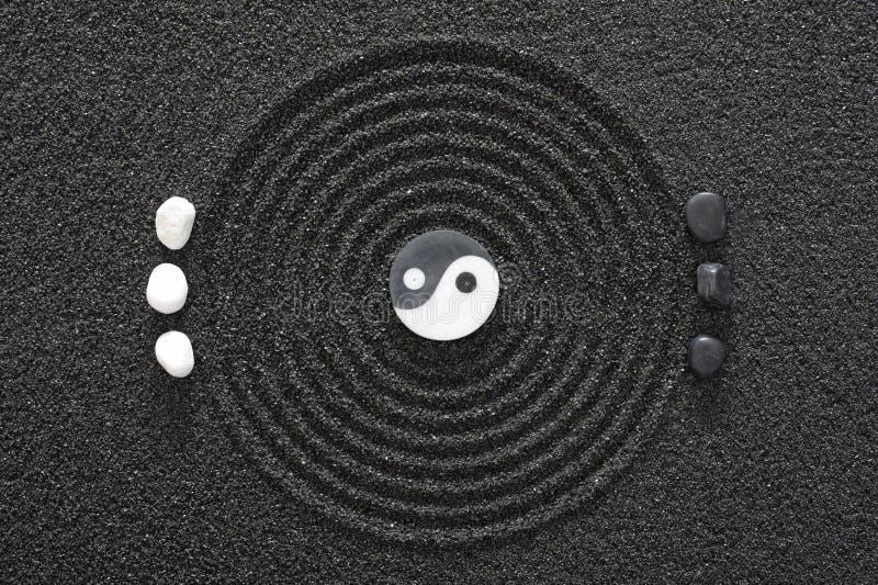 De tuin van Zen in zwart zand stock afbeelding