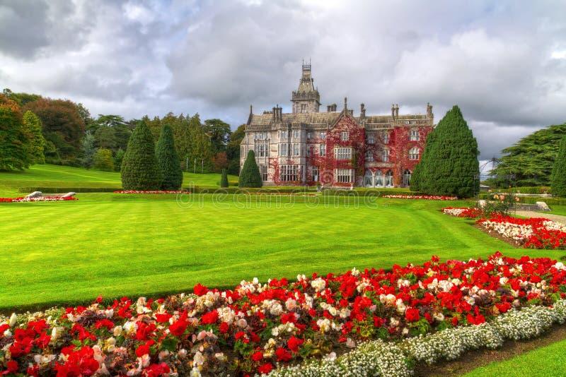 De tuinen en het kasteel van Adare in rode klimop royalty-vrije stock afbeeldingen