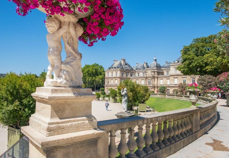 De tuinen van Luxemburg in Parijs met Paleis in de afstand royalty-vrije stock afbeeldingen