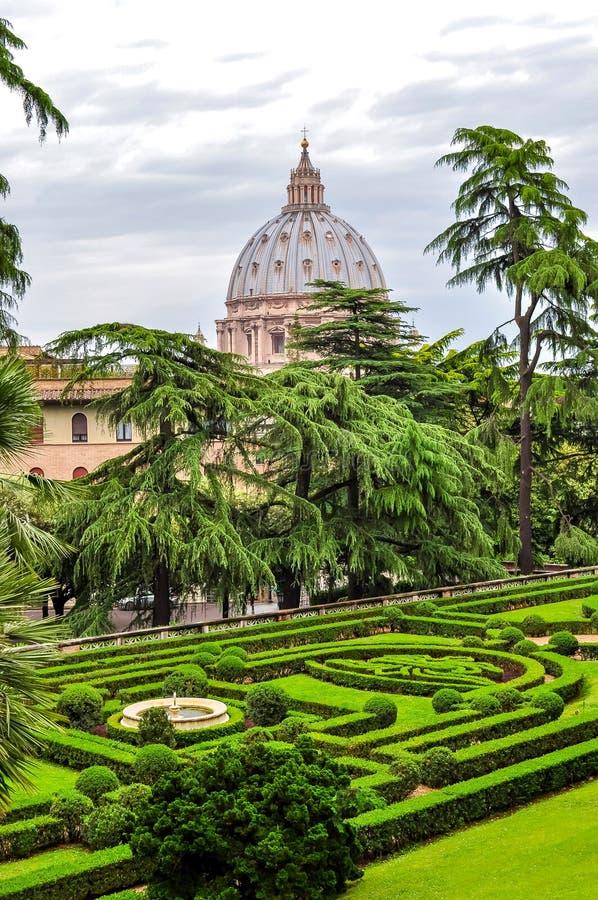 De tuinen van Vatikaan in centrum van Rome stock afbeelding