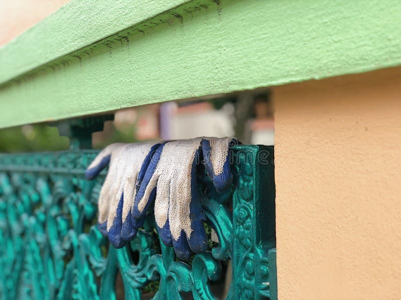 De tuinhandschoenen werden daar gehangen royalty-vrije stock afbeelding