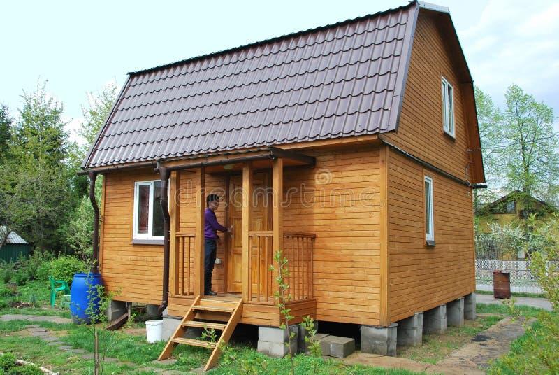 De tuinhuis van de zomer stock foto