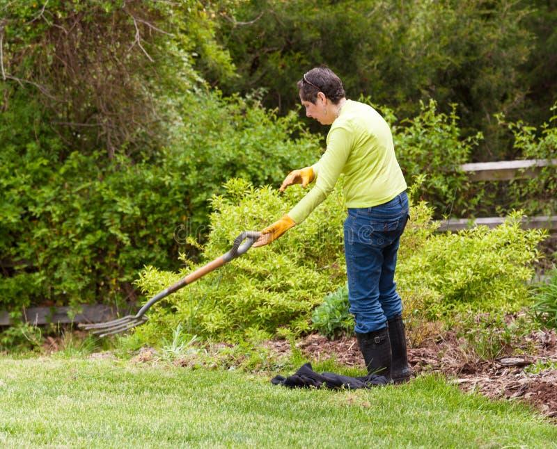 De tuinman van de dame werpt weg vork in frustratie royalty-vrije stock foto's