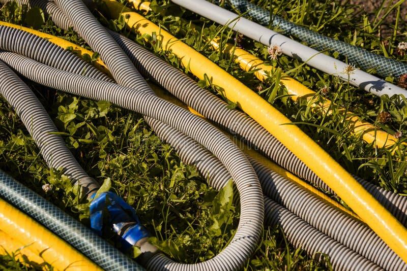 De tuinslangen is opgerolde blauwe band stock foto's