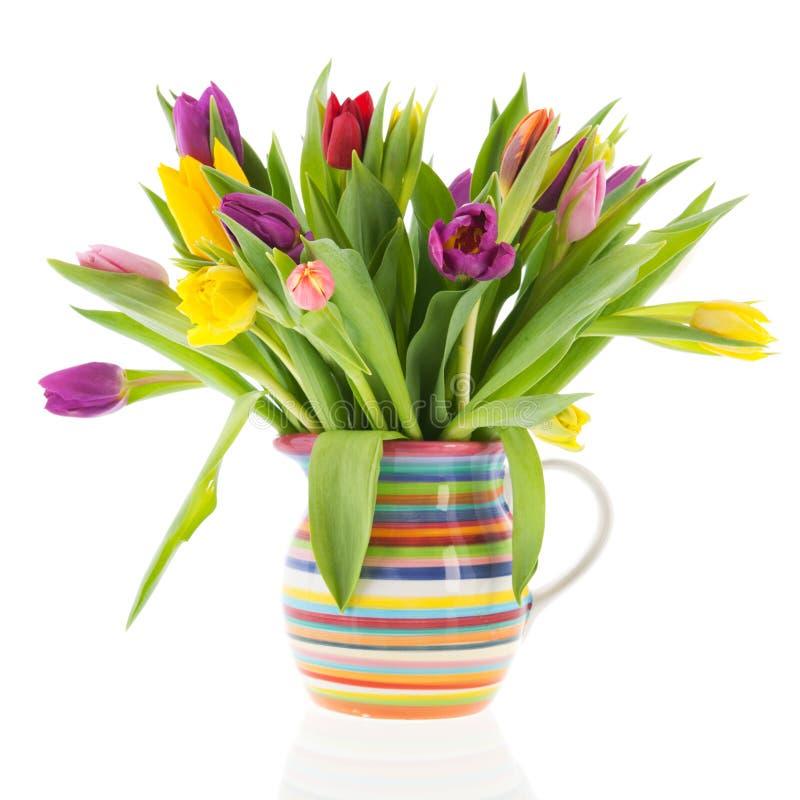 De tulpen van het boeket in vaas met strepen stock afbeelding