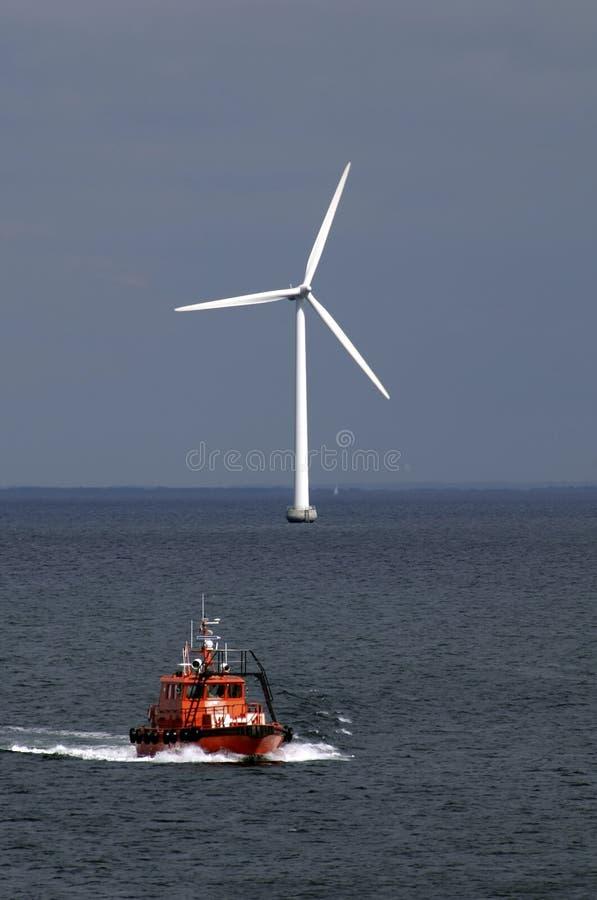 De turbine van de boot en van de wind royalty-vrije stock afbeeldingen