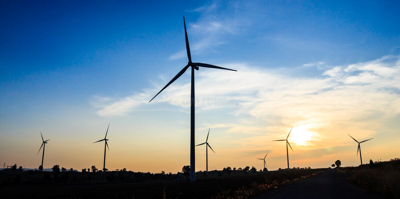 De turbine van de silhouetwind met schemer stock foto's