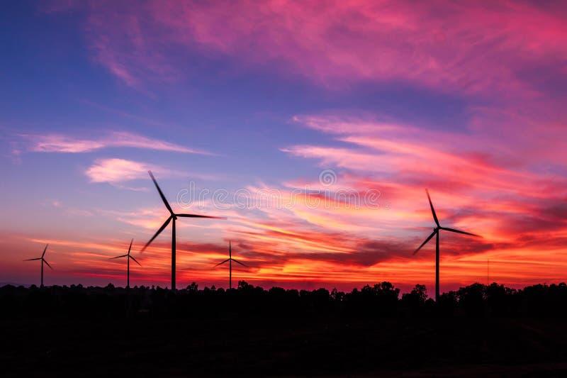 De turbine van de silhouetwind met schemer royalty-vrije stock afbeelding
