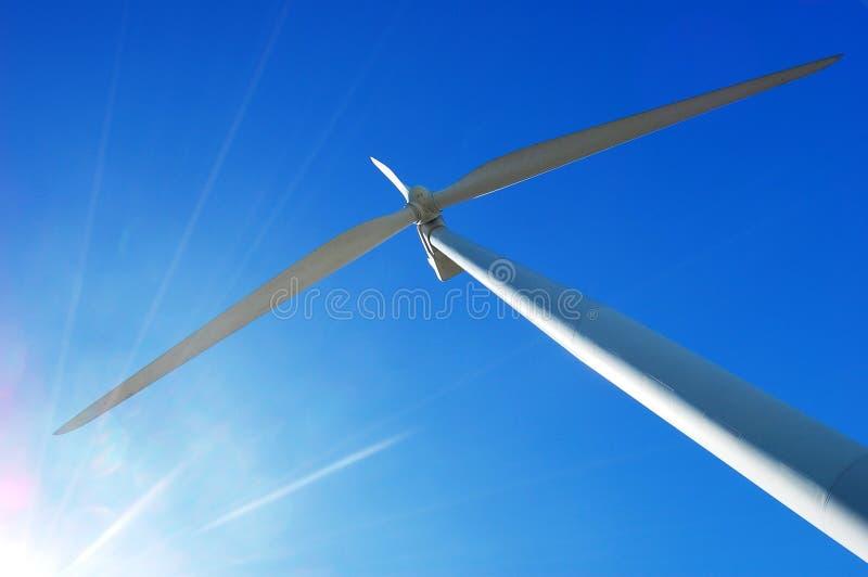 De Turbine van de wind en een zonglans stock foto's