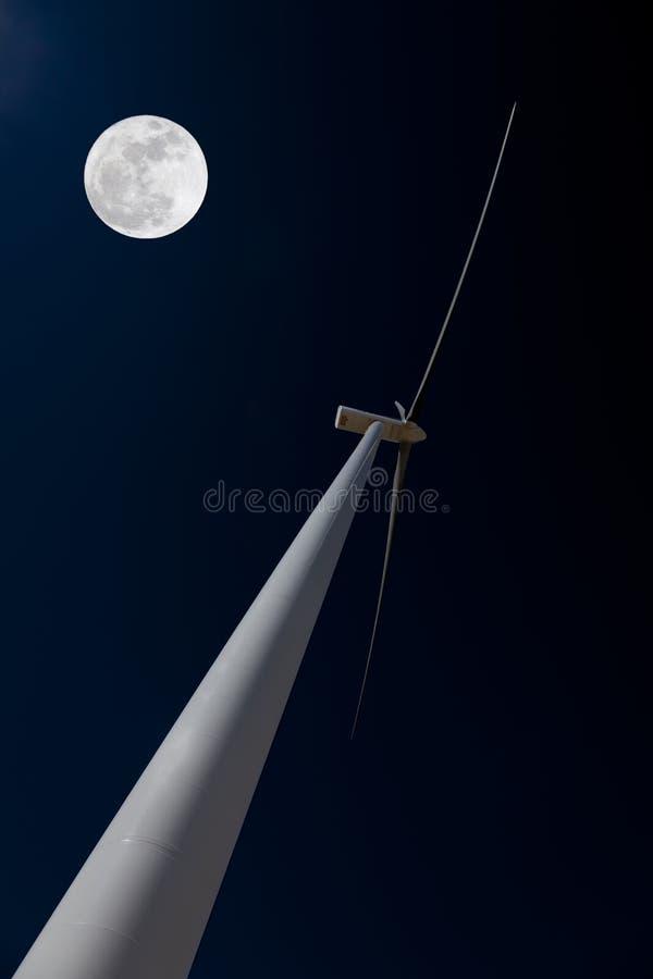 De turbine van de wind en maan stock afbeelding