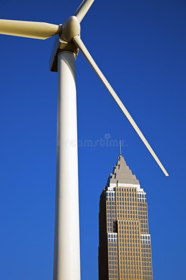 De turbine van de wind en wolkenkrabber stock fotografie
