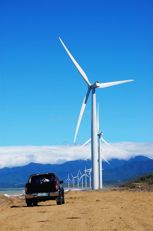 De turbine van de wind met een zwarte bestelwagen royalty-vrije stock fotografie
