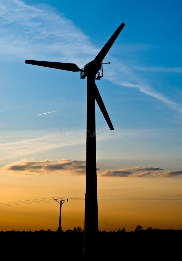 De turbine van de wind op zonsondergang royalty-vrije stock foto's
