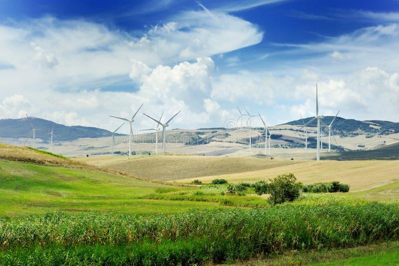 De turbine van de windgenerator en blauwe hemel - ecologieenergie - besparingsconcept stock foto's