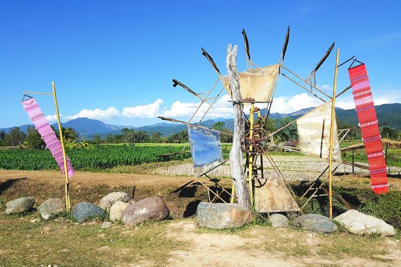 De turbine van het bamboewater op cultuurgebied in Noordelijk Thailand stock afbeelding