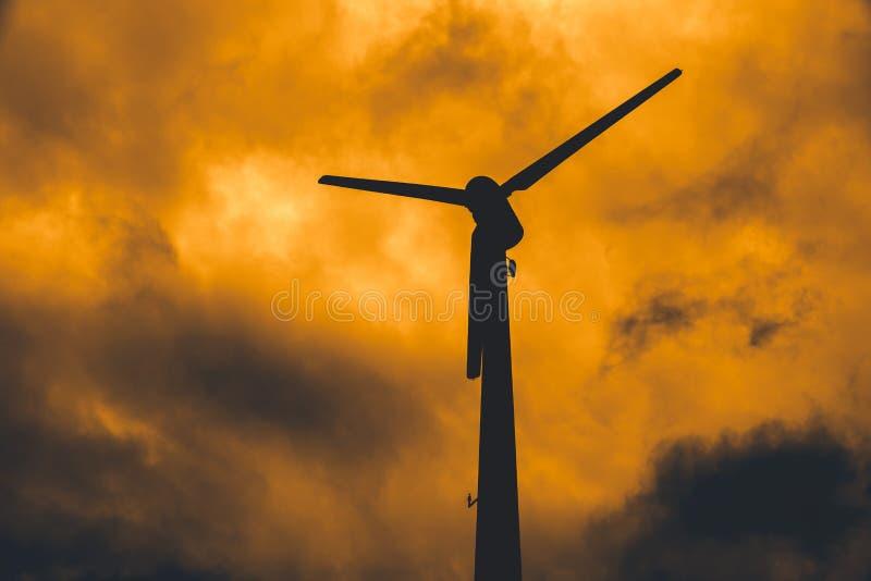 De turbine van de silhouetwind met schemerhemel voor de crisis van het machtstekort stock foto