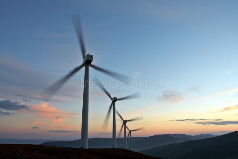 De turbinelandbouwbedrijf van de wind het draaien stock afbeeldingen